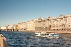 圣彼德堡,俄罗斯:横跨Fontanka Riverin圣彼德堡,俄罗斯的罗蒙诺索夫桥梁 免版税库存照片