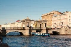 圣彼德堡,俄罗斯:横跨Fontanka Riverin圣彼德堡,俄罗斯的罗蒙诺索夫桥梁 免版税库存图片