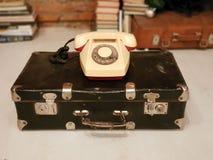 圣彼德堡,俄罗斯:老苏联手提箱和一个米黄转台式电话在2019年1月30日 免版税库存照片
