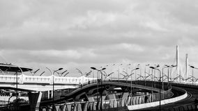 圣彼德堡,俄罗斯- 2017年4月:高速高速公路连接了城市的区高速直径站点在负面因素下 库存图片