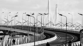 圣彼德堡,俄罗斯- 2017年4月:高速高速公路连接了城市的区高速直径站点在负面因素下 免版税库存图片