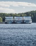 圣彼德堡,俄罗斯- 2017年9月06日:三艘白色船停泊了在Nikolskaya海湾的码头 免版税库存图片