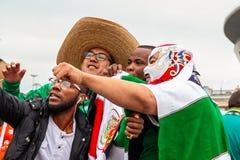 圣彼德堡,俄罗斯- 2018年7月10日:不同的国家爱好者在比赛世界杯前被拍摄2018年 免版税库存图片
