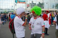 圣彼德堡,俄罗斯- 2018年6月15日:两个伊朗人,在比赛前沟通与摩洛哥的队世界杯足球赛的 图库摄影