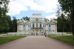 圣彼德堡,俄罗斯- 2014年7月10日:亭子偏僻寺院在Tsarskoye的Selo凯瑟琳公园 免版税图库摄影