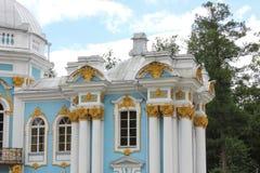圣彼德堡,俄罗斯- 2014年7月10日:亭子偏僻寺院在Tsarskoye的Selo凯瑟琳公园 免版税库存图片