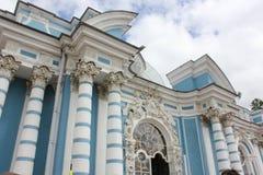 圣彼德堡,俄罗斯- 2014年7月10日:亭子洞穴在Tsarskoye的Selo凯瑟琳公园 免版税库存图片