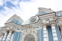 圣彼德堡,俄罗斯- 2014年7月10日:亭子洞穴在Tsarskoye的Selo凯瑟琳公园 免版税库存照片