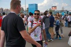 圣彼德堡,俄罗斯- 2018年6月15日:伊朗的爱好者在一种好心情并且去在世界杯足球赛的比赛2018年 库存照片