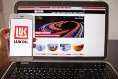 圣彼德堡,俄罗斯- 2019年5月14日:俄国公司lukoil的网站和商标在小配件屏幕上的  免版税库存照片