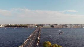 圣彼德堡,俄罗斯- 2018年8月21日:俯视彼得和保罗堡垒的城市的全景 野兔海岛 股票视频