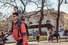 圣彼德堡,俄罗斯- 2019年4月21日:儿童成人在Manege广场走在一个晴朗的春日 库存图片
