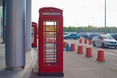 圣彼德堡,俄罗斯- 2018年8月10日:入口的英国电话亭对购物中心 免版税库存照片
