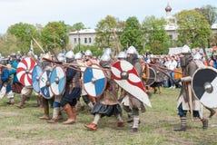 圣彼德堡,俄罗斯- 2017年5月27日:北欧海盗争斗的历史重建在圣彼德堡,俄罗斯 免版税库存图片