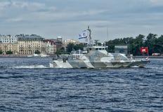 圣彼德堡,俄罗斯- 2017年7月30日:反恐怖主义者的切削刀Grachonok 海军游行在圣彼德堡 免版税图库摄影