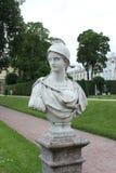 圣彼德堡,俄罗斯- 2014年7月10日:古老雕塑在凯瑟琳宫殿的公园 库存图片
