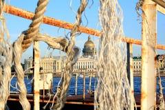圣彼德堡,俄罗斯- 2011年9月12日:圣以撒的大教堂看法从河的oppisite边的 免版税库存照片