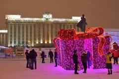 圣彼德堡,俄罗斯- 2017年1月02日:圣诞灯拖曳 库存图片