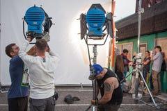 圣彼德堡,俄罗斯- 2018年10月31日:在地点的电影工作人员 职员调整在集合的照明设备 免版税库存照片