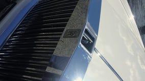 圣彼德堡,俄罗斯- 2017年6月7日:垂直的录影 罗斯劳艾氏在敞篷的汽车商标 股票视频