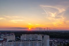 圣彼德堡,俄罗斯- 2018年7月24日:城市风景-高层建筑物在日落的城市的郊区 免版税图库摄影