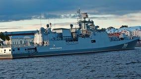 圣彼德堡,俄罗斯- 2017年7月20日:大型驱逐舰马卡罗夫海军上将在海军游行前的晚上在圣彼德堡