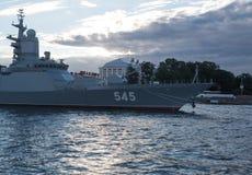 圣彼德堡,俄罗斯- 2017年7月20日:大型驱逐舰马卡罗夫海军上将在海军游行前的晚上在圣彼德堡 免版税库存照片