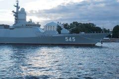 圣彼德堡,俄罗斯- 2017年7月20日:大型驱逐舰马卡罗夫海军上将在海军游行前的晚上在圣彼德堡 免版税图库摄影