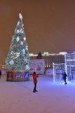 圣彼德堡,俄罗斯- 2017年1月02日:女孩是photograp 免版税库存图片