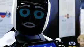 圣彼德堡,俄罗斯- 2018年11月12日:好电视节目预告机器人类人动物转动他的头和谈话给人 影视素材