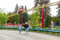 圣彼德堡,俄罗斯- 2018年7月10日:妈妈责骂一个哭泣的婴孩,当走在公园时 库存照片