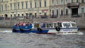 圣彼德堡,俄罗斯- 2019年6月20日:客船在城市 股票录像