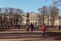 圣彼德堡,俄罗斯- 2019年4月21日:成人在艺术走的孩子在一个晴朗的春日摆正 免版税库存照片