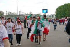 圣彼德堡,俄罗斯- 2018年6月15日:搬到比赛的体育场的一个小组伊朗足球迷在世界杯足球赛201 库存图片