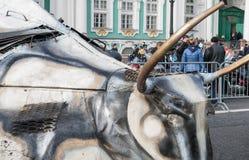 圣彼德堡,俄罗斯- 2017年9月25日:汽车的客舱以公牛` s头的形式 一个自创机器 宫殿Squa 库存照片