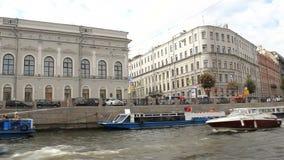 圣彼德堡,俄罗斯- 2017年6月06日:浇灌沿圣彼德堡河和运河的游览  小船许多 影视素材