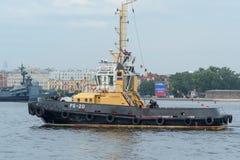 圣彼德堡,俄罗斯- 2017年7月28日:漂浮沿涅瓦河的河拖轮在圣彼德堡,俄罗斯 库存照片