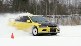 圣彼德堡,俄罗斯- 2019年3月3日:由冰冷的轨道的汽车驱动在积雪的湖在冬天 赛跑的跑车  股票录像