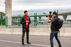 圣彼德堡,俄罗斯- 2018年7月10日:电视记者是报告活从游艇桥梁在St的足球赛前 免版税库存照片