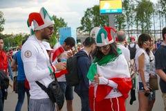圣彼德堡,俄罗斯- 2018年6月15日:等待在世界杯足球赛的爱好者伊朗夫妇比赛2018年 库存图片