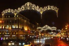 圣彼德堡,俄罗斯- 2016年1月14日:街道对圣诞节的装饰元素 城市装饰对新年 男孩节假日位置雪冬天 免版税库存照片