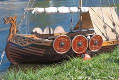 圣彼德堡,俄罗斯- 2017年5月27日:被停泊的小北欧海盗船在圣彼德堡,俄罗斯 免版税库存照片