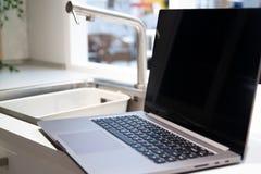 圣彼德堡,俄罗斯- 2019年1月17日:被打开的新的小米手提电脑笔记本赞成15 6在家内部 免版税库存照片