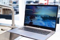 圣彼德堡,俄罗斯- 2019年1月17日:被打开的新的小米手提电脑笔记本赞成15 6在家内部 免版税库存图片