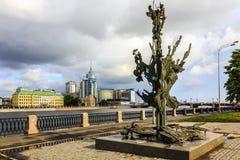 圣彼德堡,俄罗斯- 2015年7月1日:阿尔弗雷德・诺贝尔纪念碑在圣彼德堡,俄罗斯 多云天视图 免版税图库摄影