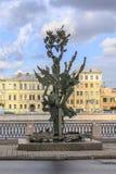 圣彼德堡,俄罗斯- 2015年7月1日:阿尔弗雷德・诺贝尔纪念碑的夏天视图在圣彼德堡,俄罗斯 库存图片