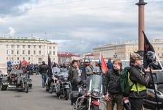 圣彼德堡,俄罗斯- 2017年9月25日:骑自行车的人为游行做准备以纪念结束季节 免版税图库摄影