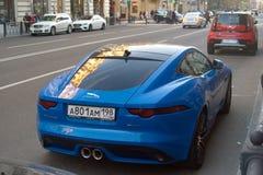 圣彼德堡,俄罗斯- 2018年10月23日:F型蓝色的捷豹汽车在市中心停放 查出的背面图白色 免版税库存照片