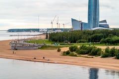 圣彼德堡,俄罗斯- 2018年7月10日:Lakhta中心塔在圣彼德堡,从游艇桥梁的看法 免版税库存图片