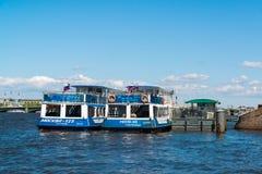 圣彼德堡,俄罗斯- 2017年6月4日 在码头附近的两游舫莫斯科在内娃河 免版税库存照片